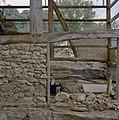Schuur tijdens restauratie, detail stenen fundering - Holset - 20330643 - RCE.jpg