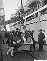 Sint Nicolaas en Zwarte Piet brengen een bezoek aan het emigrantenschip Groote B, Bestanddeelnr 906-8721.jpg