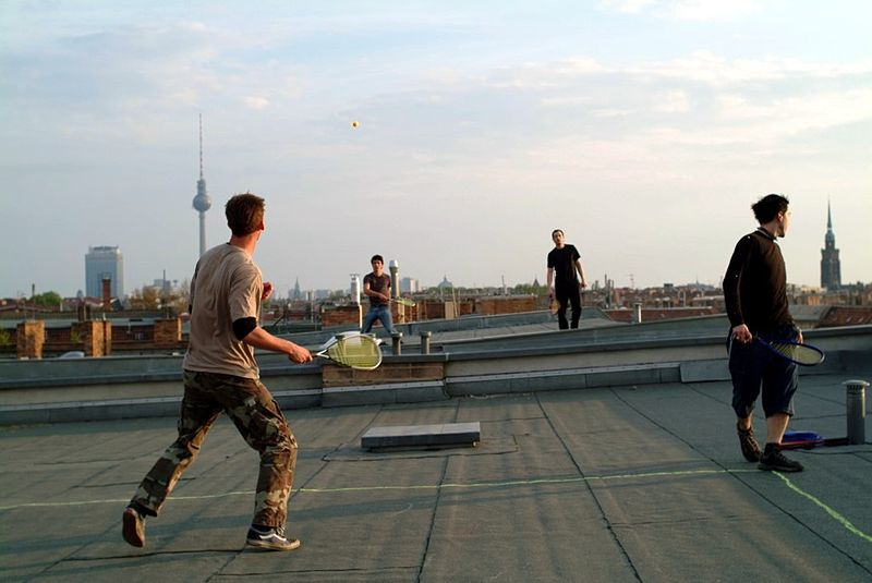 Bestand:Speedminton game on rooftop.jpg