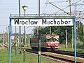 Stacja Wrocław Muchobór - w tle jednostka elektryczna EN57 - 1103ra.JPG