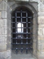 http://upload.wikimedia.org/wikipedia/commons/thumb/b/b9/Stirling_Castle_portcullis_dsc06571.jpg/180px-Stirling_Castle_portcullis_dsc06571.jpg
