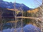 Mansikkajärvi ja vuoret syksyllä.