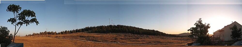 תמונה פנורמית של תל טוואני - מצולם ממעון. בשני צדי התמונה בתים במעון.