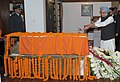 The Prime Minister, Dr. Manmohan Singh paying floral tributes at the mortal remains of the former Prime Minister, Shri Inder Kumar Gujral, in New Delhi on December 01, 2012.jpg