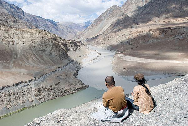 Där floden Zanskar rinner ut i Indus, i indiska Kashmir