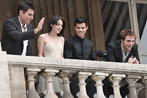 The Twilight Saga (film series) - (Left to right) Director Chris Weitz, Kristen Stewart, Taylor Lautner and Robert Pattinson attending the photocall for New Moon on November 10, 2009, in Paris, France