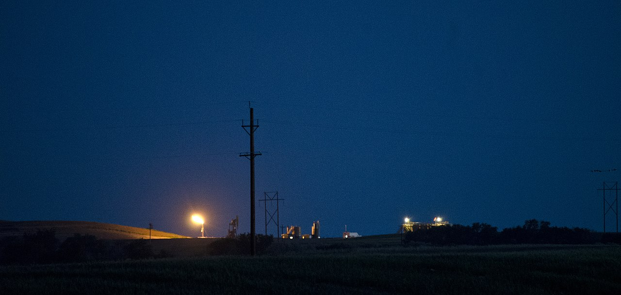 Twilight natural gas flare - Arnegard North Dakota - 2013-07-06.jpg