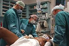 Ärzte bei der behandlung eines trauma patienten