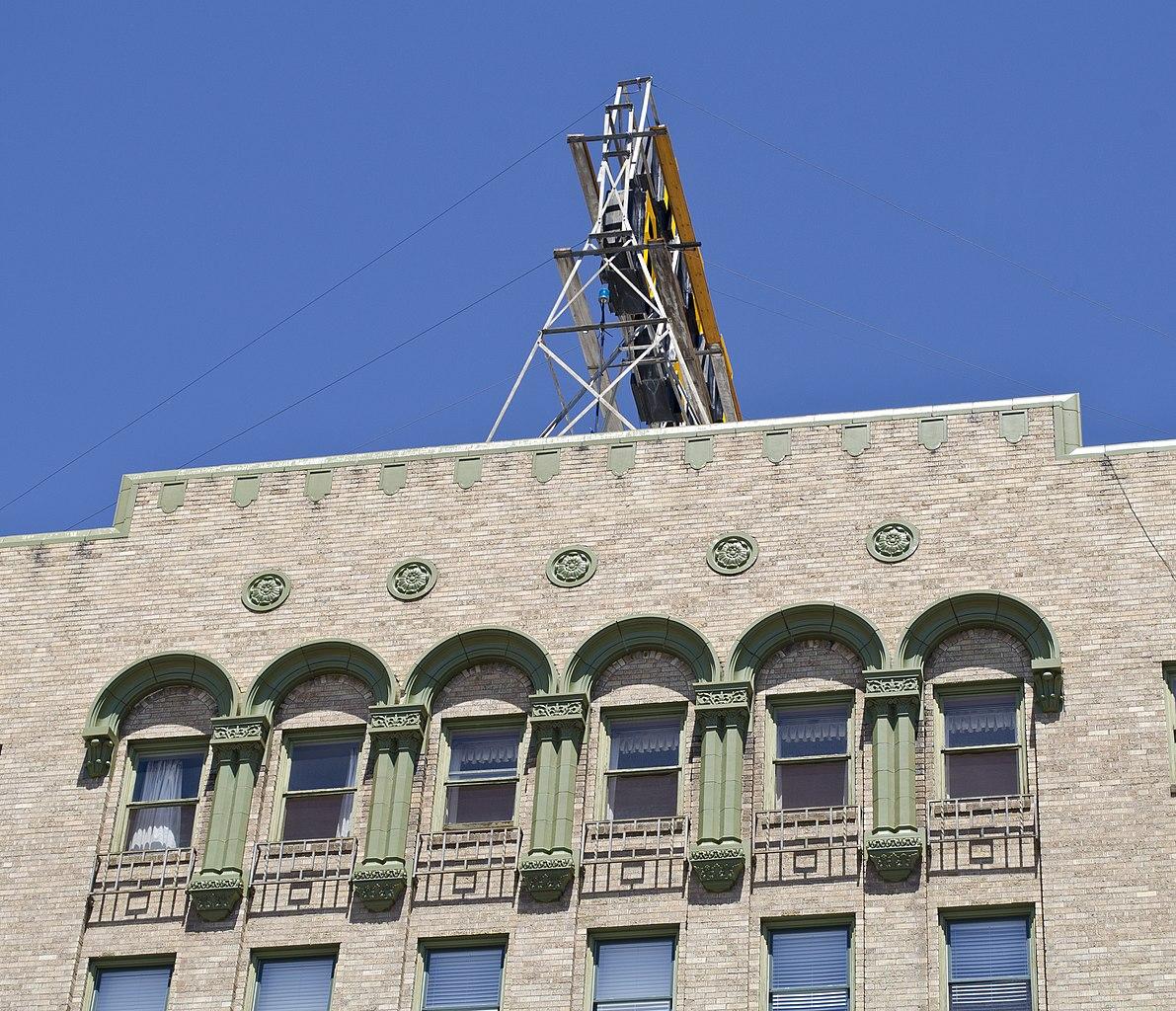 File:Upper Floor Facade Molding And Cornice