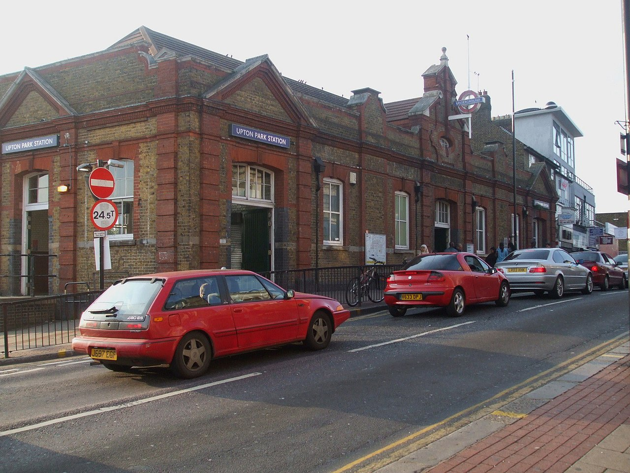 File upton park stn building jpg wikimedia commons for Upton builders