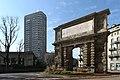 Veduta dell'arco di Porta Romana in piazzale Medaglie d'Oro, Milano.jpg