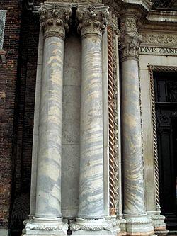 Columnas de estilo bizantino en la portada de la iglesia de San Juan y San Pablo de Venecia.