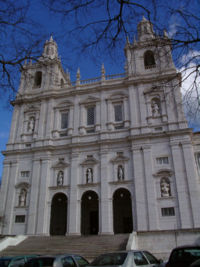 Vista de la fachada principal del templo.