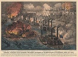 Une ligne d'environ une douzaine de canonnières de l'Union sur le fleuve Mississippi échange le feu avec la ville au-dessus sur une falaise
