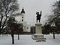 Világháborús honvéd hősi emlékmű (Weisze Béla 1930) és a Református templom. - Dunavecse, Hősök tere. - PTDC0389.jpg