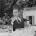 Walter Mehring zittend op een terras, Bestanddeelnr 254-5054.jpg