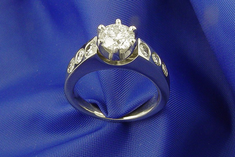 drogi pierścionek zaręczynowy - białe złoto