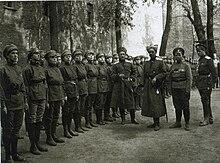 Командующий Петроградским военным округом генерал П. А. Половцов проводит смотр 1-го Петроградского женского батальона смерти.