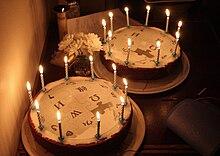 Torte con candeline accese, per festeggiare i 10 anni di Wikipedia.