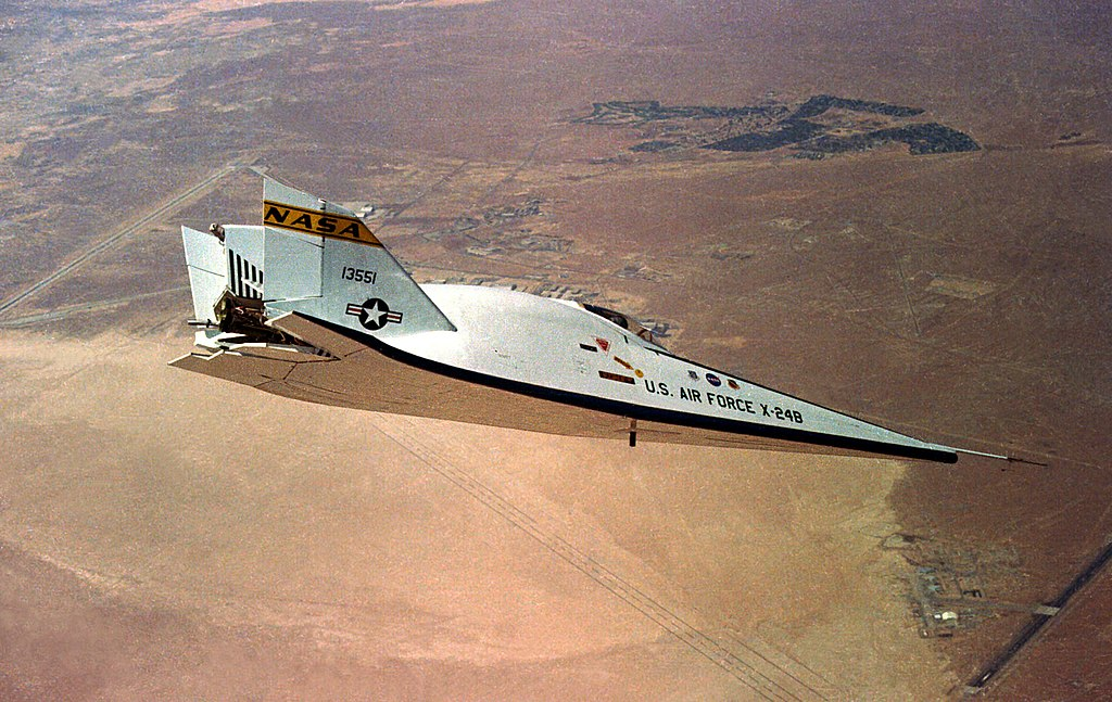 https://upload.wikimedia.org/wikipedia/commons/thumb/b/b9/X-24b-flying.jpg/1024px-X-24b-flying.jpg