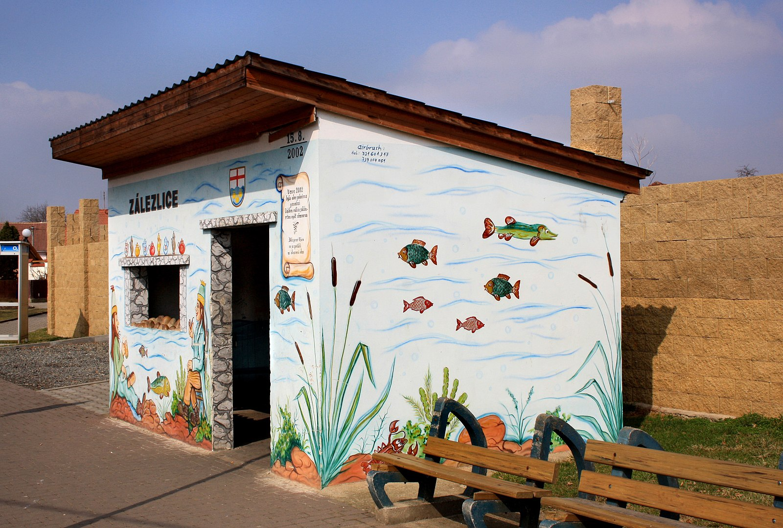 File:Zálezlice, bus shelter.jpg