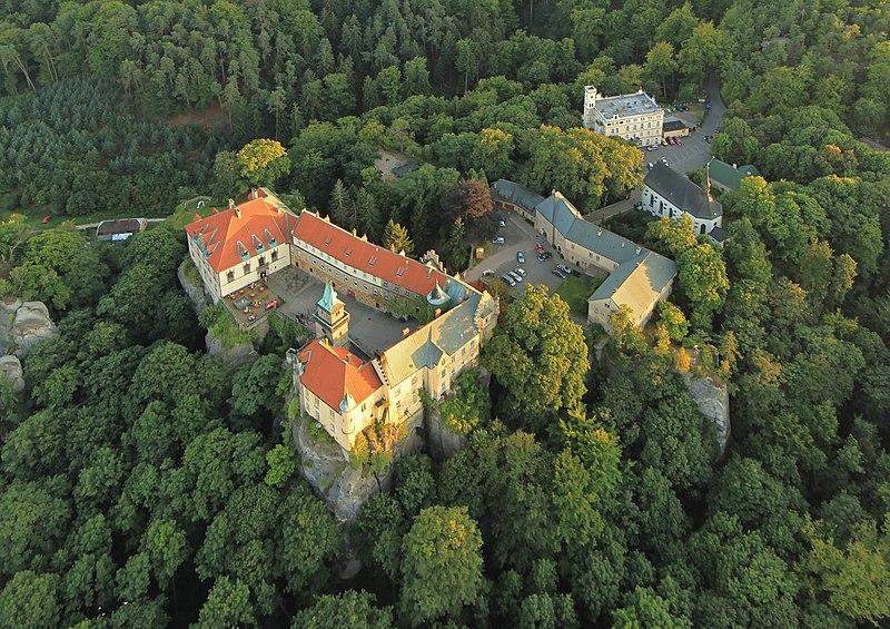 File:Zámek Hrubá Skála, letecký snímek.jpg