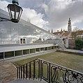 Zicht op de nieuwbouw, gezien vanaf de hoge stoep aan de achterzijde van de oudbouw, op de achtergrond de Lange Jan. - Middelburg - 20374460 - RCE.jpg