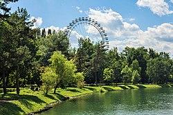 Вид на Большое колесо обозрения и Круглый пруд, Измайловский ПКиО.jpg