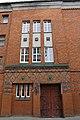 Здание Хуфенского лицея с головами двух девушек над входом,Калининград.jpg