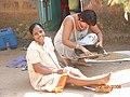 Индийские женщины перебирают овес. Я в гостях.JPG