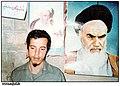 حسن باقری در کنار عکس امام خمینی.jpg