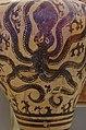 02 2020 Grecia photo Paolo Villa FO190063 (Museo archeologico di Atene) Anfora in terracotta dal Palazzo di Micene con polpo, XVsec a.C. , senza gimp.jpg