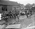 15 Amsterdamse brandweerlieden in Oude Tonge aan het werk, Bestanddeelnr 905-5966.jpg