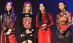 Mamamoo en su escaparate Reality in Black, noviembre de 2019 De izquierda a derecha: Moonbyul, Solar, Wheein y Hwasa