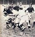 1924 (27 avril), départ de Bioussa, soutenu par ses avants, en finale du championnat à Bordeaux.jpg