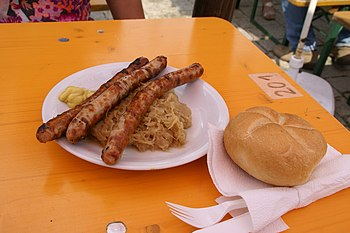 English: Bratwurst Nürnberg style with sauerkr...