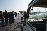 2020 protest indických farmářů - rozbité okno štít.jpg
