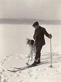 9991. Roald Amundsen med sin hund - no-nb digifoto 20150220 00144 bldsa RA alb001 013.jpg