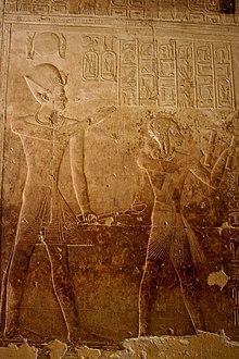 Seti I e il principe ereditario Ramses, futuro Ramses II, davanti alla lista ufficiale dei faraoni (che segue a destra), intenti alla sua lettura. Tempio funerario di Seti I ad Abido.