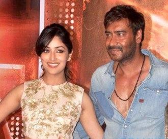 Yami Gautam - Yami Gautam with Ajay Devgn during trailer launch of their film Action Jackson (2014).