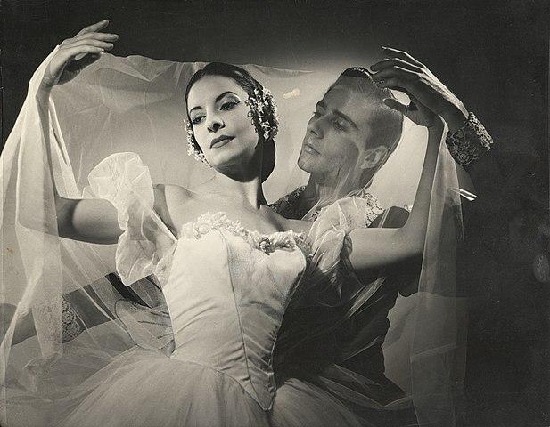 Alicia Alonso (als Giselle) mit Reyes Fernández in Giselle. | Bildquelle: https://commons.wikimedia.org © Annemarie Heinrich (1912-2005) [Public domain] | Bilder sind in der Regel urheberrechtlich geschützt