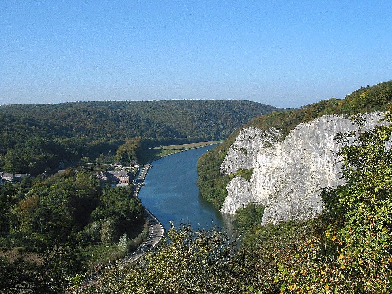 Sungai Meuse antara Dinant dan Hastière