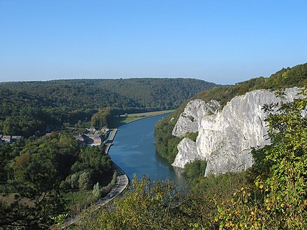 The Meuse river between Dinant and Hastiere Anseremme - Freyr 051011 (1).jpg