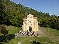 Arte asturiano, iglesia prerrománica de San Miguel de Lillo, Asturias, España.jpg
