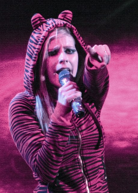 Avril Lavigne pointing Best Damn Tour (cropped)