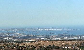 La baia e il porto di Augusta visti da Melilli