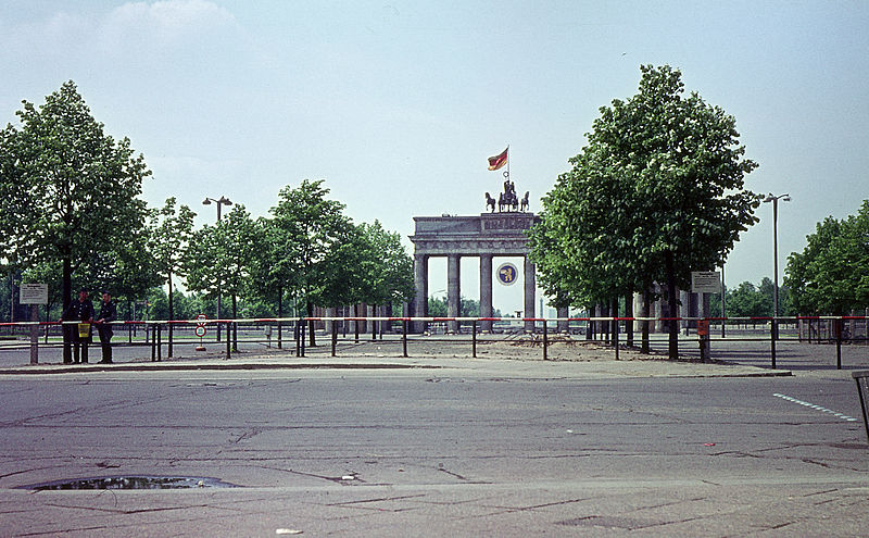 http://upload.wikimedia.org/wikipedia/commons/thumb/b/ba/Berlin_Pariser_Platz.jpg/800px-Berlin_Pariser_Platz.jpg