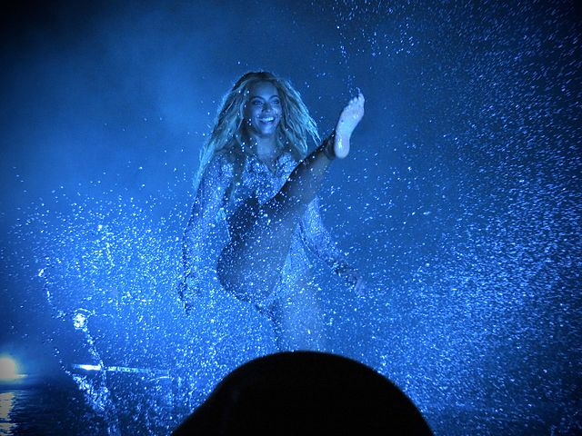 https://upload.wikimedia.org/wikipedia/commons/thumb/b/ba/Beyonc%C3%A9_Formation_Tour_1.jpg/640px-Beyonc%C3%A9_Formation_Tour_1.jpg