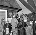 Bezoekers aan de molen tijdens de feestelijke ingebruikstelling - Aarlanderveen - 20003921 - RCE.jpg