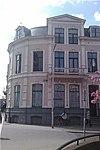 foto van Neo-classicistisch woonhuis met kwartronde hoek